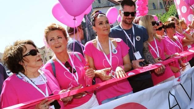 Na Staroměstském náměstí se uskutečnil 6. června 15. ročník Avon pochod proto rakovině prsu. Na snímku zleva Jiřina Bohdalová, herečka, Simona Stašová, herečka, Mahulena Bočanová, moderátorka, Petr Vágner, moderátor.