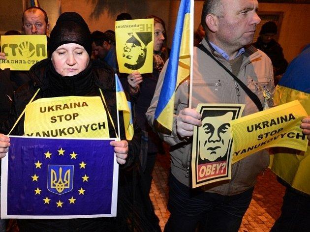 Demonstrace k aktuální situaci na Ukrajině 2. prosince před ukrajinskou ambasádou v Praze.