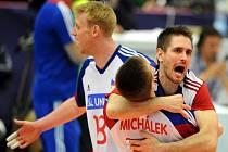 Volejbalisté Martin Kryštof (vpravo) a Petr Michálek (uprostřed) se radují z vítězství nad Koreou.