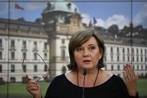 Ministryně financí Alena Schillerová (za ANO) hovoří na tiskové konferenci po schůzi vlády 22. června 2020 v Praze