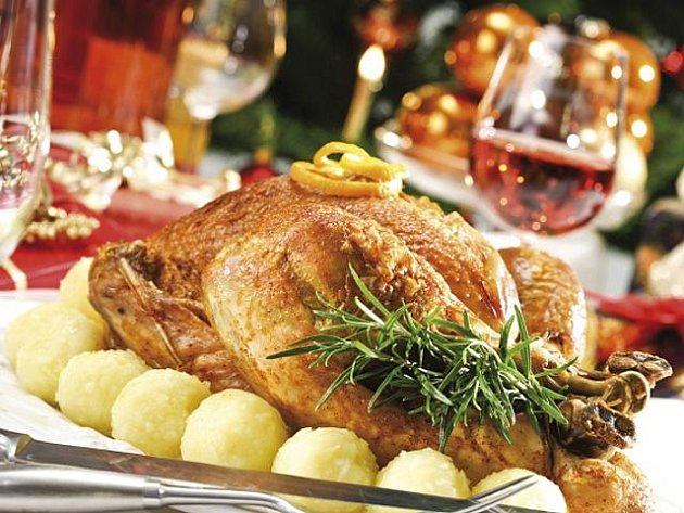 Ve Spojených státech amerických si u štědrovečerní hostiny nejčastěji pochutnávají na pečeném krocanovi (na snímku), huse nebo šunce polité brusinkovou omáčkou.