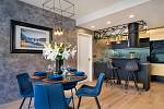 Jako dominantní barvu, která se prolíná celým interiérem, zvolila designérka odstín tmavě modré, použitý je na židlích, sedačce nebo závěsech