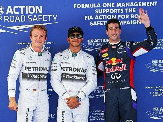 Tři nejlepší z kvalifikace na VC Španělska - Lewis Hamilton (uprostřed), vedle Nico Rosberg a Daniel Ricciardo