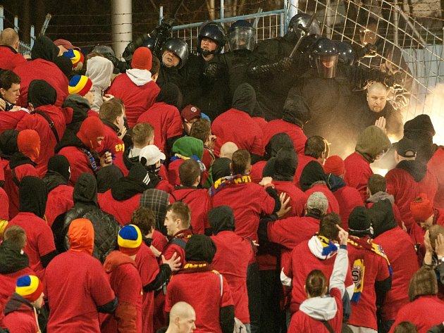 Těžkooděnci zasahují v zápase s Ostravou proti fanouškům Sparty.