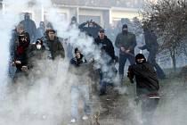 Povolená protestní akce v Janově, kterou proti místním Romům svolala extrémistická Dělnická strana, se během několika málo hodin proměnila v krveprolití.