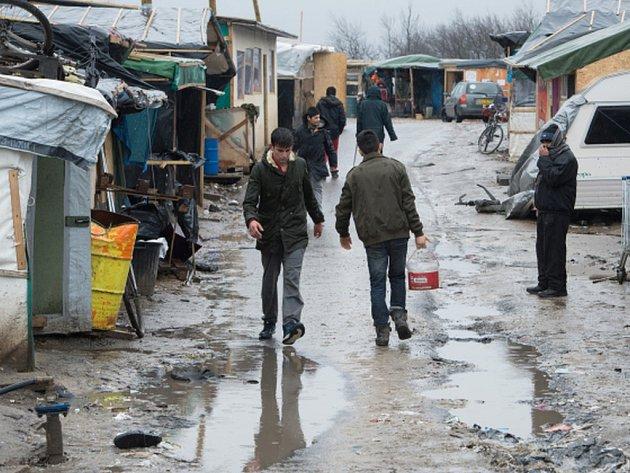 Francouzské úřady nařídily stovkám migrantů, aby opustili uprchlický tábor v přístavním městě Calais. Pokud neuposlechnou, budou nuceně vystěhováni.