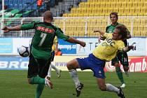 Tomáš Jun bojuje o míč s hostujícím Pleškem. Ani teplický útočník však síť nerozvlnil a zápas skončil bezbrankovou remízou.