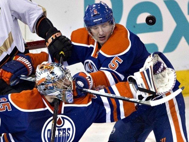 Ladislav Šmíd (vpravo) v dresu Edmonton Oilers při obranném zákroku.