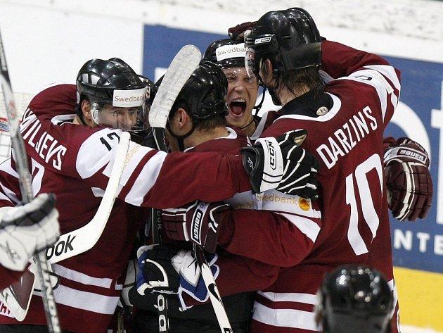 Lotyši se radují z vítězství nad Švédskem na mistrovství světa.
