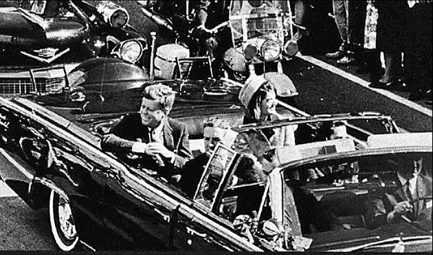 John Fitzgerald Kennedy s manželkou projíždí Dallasem. Za chvíli ho zastřelí Lee Harvey Osvad.