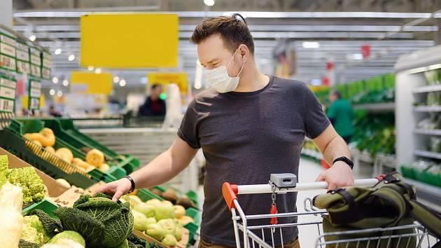 Lidé by měli při nakupování potravin dodržovat hygienické zásady. Rouška je nutností.
