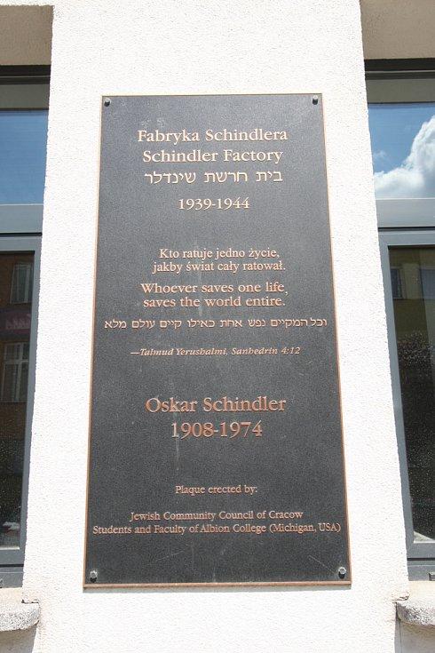 Továrna na email Oskara Schindlera v Krakově, dnes muzeum o historii Krakova a Židů během 2. světové války. Pamětní cedule na budově továrny.
