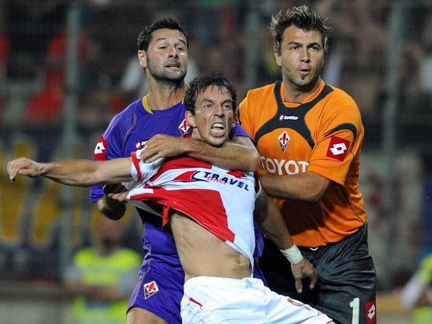 Fiorentina chytla Slavii pod krkem. Jako Massimo Gobbi (vlevo) Goce Toleskiho.