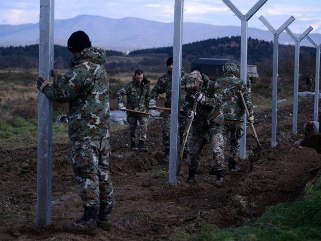 Makedonie zahájila na hranicích s Řeckem stavbu plotu, který má zabránit migrantům v nekontrolované cestě po jejím území.