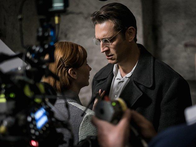 Na snímku Vica Kerekes jako Věra Tůmová, Miladina sestra a Robert Gant v roli Miladina manžela Bohuslava Horáka.