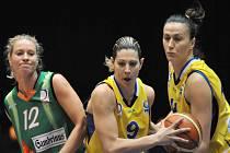 Křídlo basketbalistek USK Praha Evanthia Maltsiová (uprostřed) se snaží prosadit v duelu se SIKA Brno.