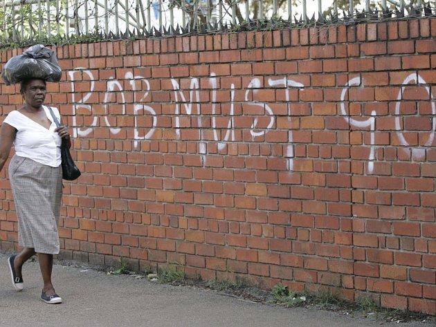 "Nápis na zdi v Harare vyzývá voliče, aby dali hlas ""Bobu"" Robertu Mugabemu."