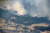 Popis fotky: Požár v kanadských horách - Kanadské městečko Lytton, kde v posledních dnech padl třikrát po sobě celostátní teplotní rekord, téměř kompletně zničil požár. Na snímku požár v horách severně odLyttonu.    Vancouver - Kanadské městečko Lytton,