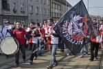 Fanoušci Slavie během pochodu na derby