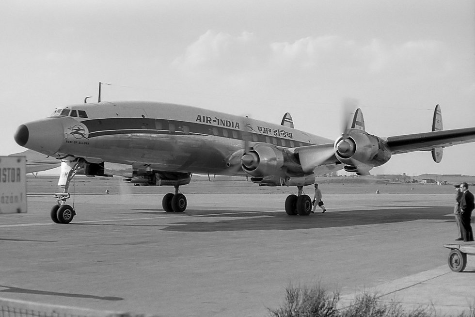 Letadla Lockheed L-1049G Super Constellation využíval dopravce Air India. Zde je zachyceno na pražské Ruzyni. Podobné letadlo bylo účastníkem kolize nad Grand Canyonem v roce 1956.