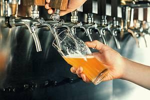 """Ještě nedávno byl český pivní svět svázaný stereotypy """"desítek"""" a """"dvanáctek"""". Ale i tato uniformita mizí a pivaři objevují nové chutě a přijímají trendy zokolních zemí."""
