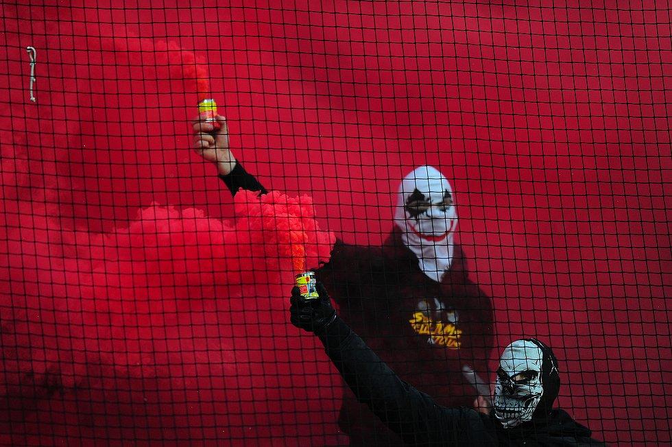 Fotbalové utkání HET ligy mezi celky AC Sparta Praha a SK Slavia Praha 17. března v Praze. Fanoušci Slavie s dýmovnicemi.