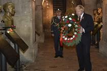 Boris Johnson položil věnec v Národním památníku hrdinů heydrichiády při své návštěvě 11. listopadu v Praze.