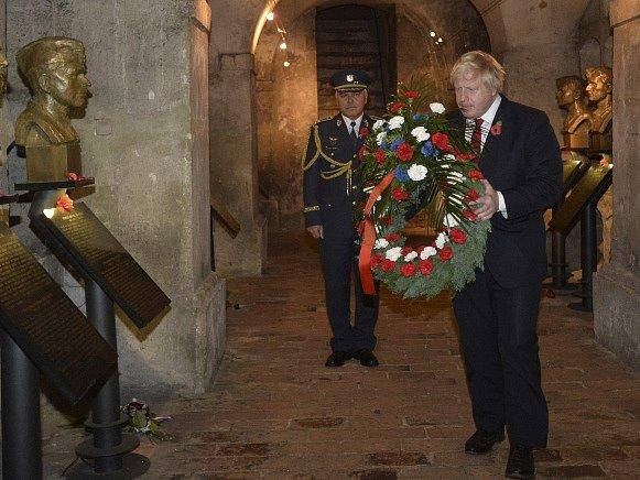 Britský ministr zahraničí Boris Johnson položil věnec v Národním památníku hrdinů heydrichiády při své návštěvě 11. listopadu v Praze.