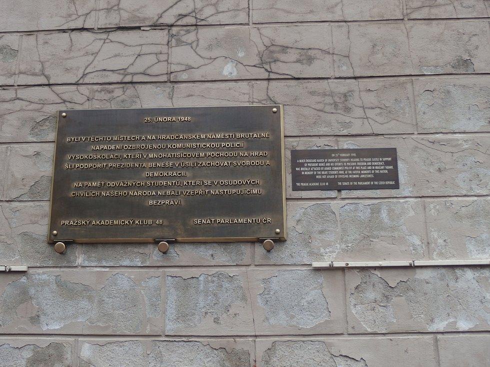Pamětní deska v Nerudově ulici připomínající potlačení studentské demonstrace 25. února 1948