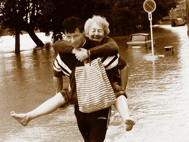PŘEROV. Solidarita o červencových povodních v roce 1997 byla obrovská. Navzájem si pomáhali zcela neznámí lidé.