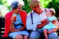 Pokud se však dokážete s prarodiči shodnout na jednotném stylu výchovy a nebudete dávat dítěti protichůdné povely, představují babičky a dědečkové skutečný rodinný poklad.