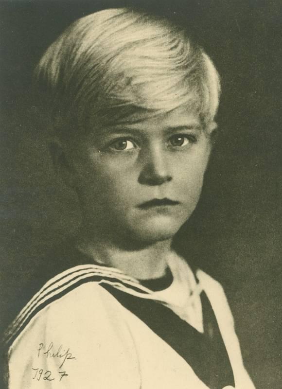 Princ Philip v šesti letech. Narodil se na řeckém ostrově Korfu jako Filip, princ řecký a dánský. Jeho rodiči byli Ondřej (syn řeckého krále Jiřího I.) a princezna Alice z Battenbergu.