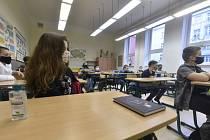 Žáci v rouškách ve třídě základní školy. Ilustrační snímek