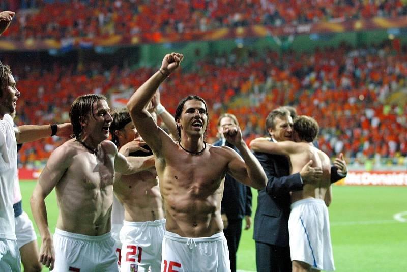 Takhle slavili čeští fotbalisté výhru nad Nizozemskem. Vlevo Vladimír Šmicer, vpravo Milan Baroš.
