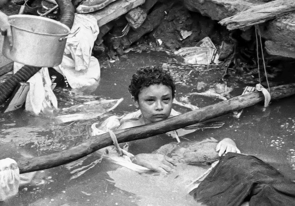 Třináctiletá Omayra Sanchézová zůstala uvězněná v troskách bezmála tři dny. Pumpa k odčerpání vody nebyla a amputace nohou by holčičku zřejmě nezachránila, na místě nebyla dostupná dostatečná péče