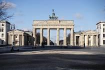 Sobotní ráno v Berlíně. Policisté stojí před Brandenburskou bránou.