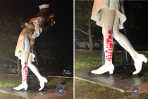 Poškozená socha Bezpodmínečná kapitulace ve floridské Sarasotě