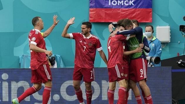 Ruští fotbalisté se v Petrohradu radují z gólu, který vstřelili Finsku.