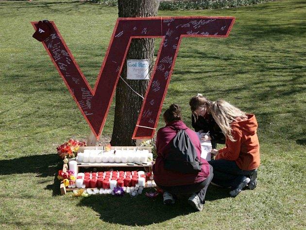 Studenti univerzity ve virginském Blacksburgu podepisují kondolenční knihu.