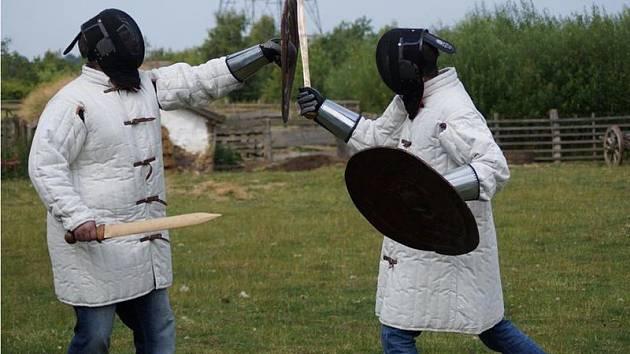 Aby si ověřili, jak mohly bronzové meče opravdu fungovat, nechali vědci jejich repliky vyzkoušet v inscenovaném boji