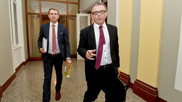 Nový ministr kultury Lubomír Zaorálek (vpravo) přichází 2. září 2019 v Praze na schůzi vlády