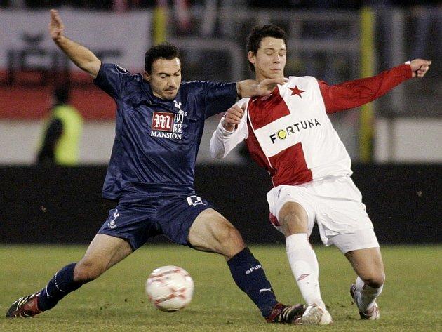 Slavia - Tottenham: Marek Suchý (vpravo) v souboji se Steedem Malbranquem.