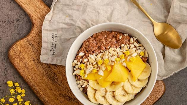 Kakaová ovesná kaše s mangem, banánem a kešu oříšky