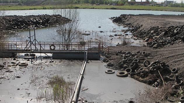 V úterý skončila první etapa odstraňování největší ekologické zátěže v Jihočeském kraji. U obce Mydlovary se zlikvidovaly nejen budovy bývalé úpravny uranové rudy (MAPE), ale postupně se zaváží a likvidují několika set hektarová úložiště.