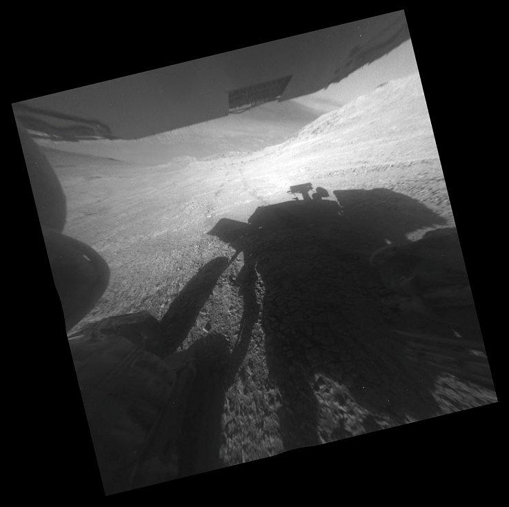 Hra se stínem. Na některých fotkách, které poslal rover Opportunity je možné zahlédnout jeho stín.