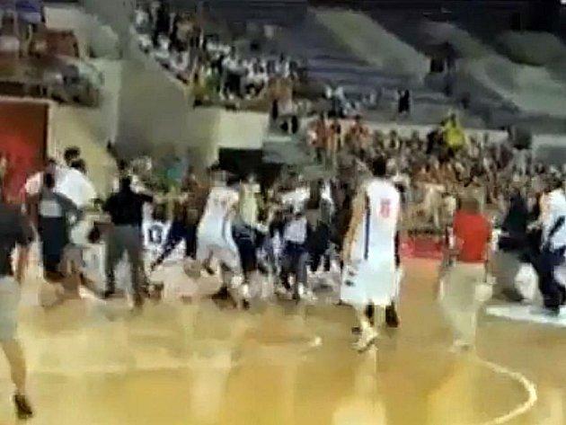 Basketbalový zápas skončil nefalšovanou bitkou.
