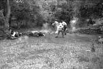 Zajatí civilisté v okamžiku, kdy je zasáhla salva výsadkářů