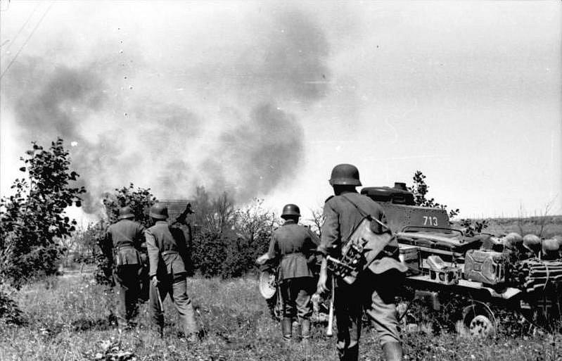 Němečtí vojáci při invazi do Sovětského svazu, pěchota postupuje za lehkým tankem