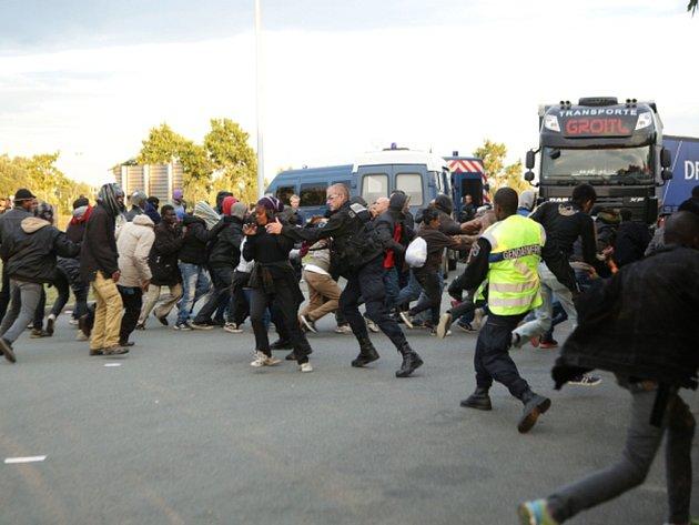 V přístavu města Calais na severozápadě Francie se v noci na dnešek opět střetli policisté s přistěhovalci. Skupinky běženců se i pomocí násilí snažili opakovaně dostat do nákladních vozů, které se připravovaly k nalodění na cestu do Británie.