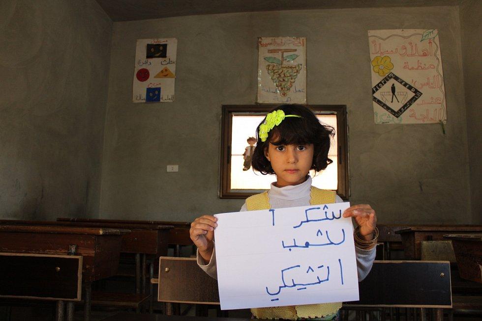 Holčička Amal děkuje za to, že může znovu chodit do školky.